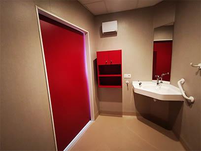 EHPAD Bron Lépine - Porte coulissante COOLINEO - R036 Rouge Cerise - côté douche - fermée