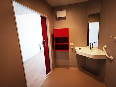 EHPAD Bron Lépine - Porte coulissante COOLINEO - R036 Rouge Cerise - côté douche - ouverte